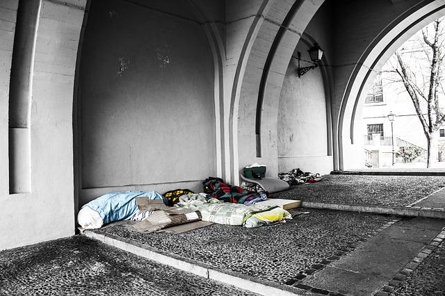 věci bezdomovce pod mostem