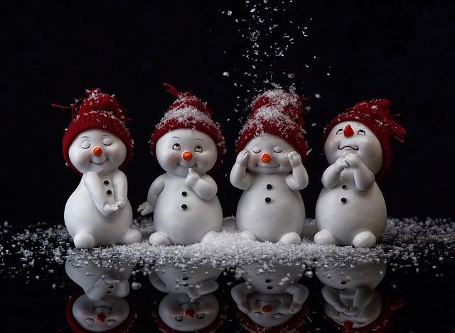 sněhuláci s čepičkami