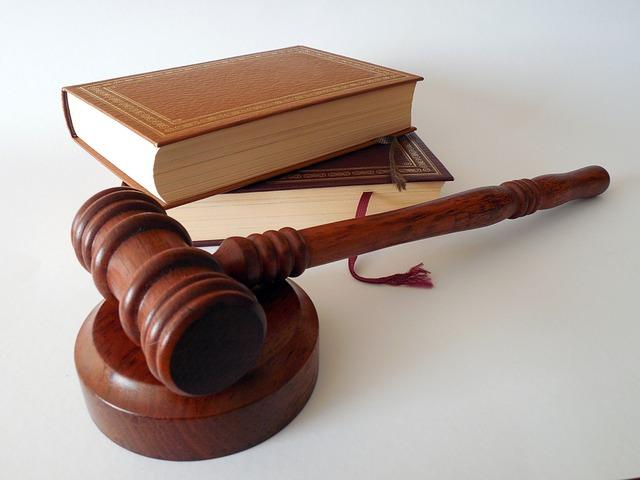 zákon a soudcovské kladivo