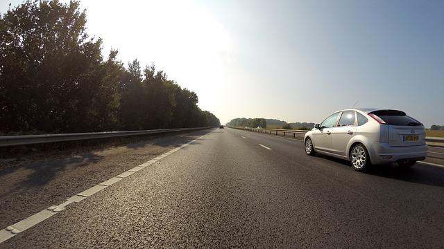 stříbrné auto na silnici