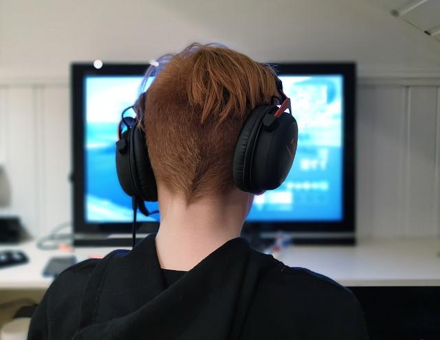 kluk před obrazovkou počítače