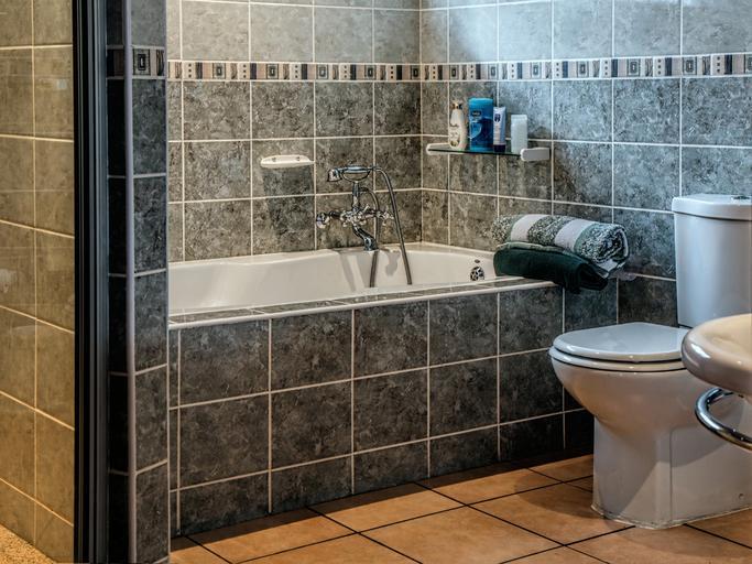 moderní koupelna s tmavošedými obkladačkami