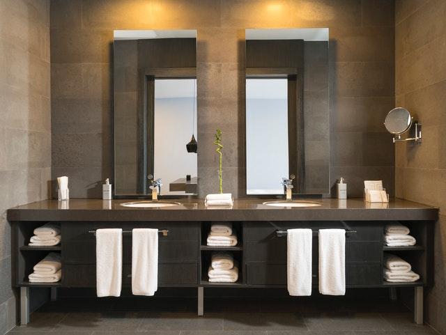 koupelna s dvěma umyvadly