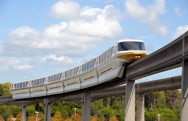 vlak na visutém mostě