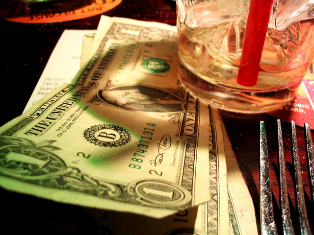 peníze, které slouží jako podložka pod sklenici s pitím