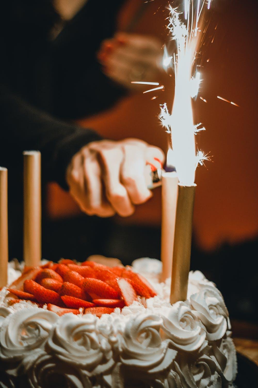 zapalování narozeninového dortu